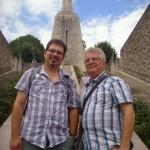 Pascal Schedler und Hans Hoffmann vor dem Siegesdenkmal