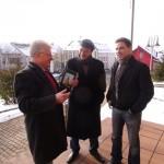 Hans Hoffmann, Dr.Juan José Bernardi und Stephan Koch vor der Pfarrkirche  Herz-Jesu